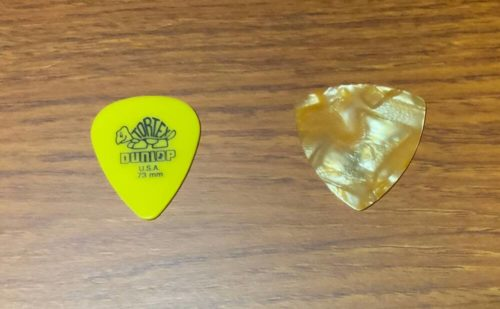 ギターピック トライアングル型(おにぎり型)、ティアドロップ型の2種
